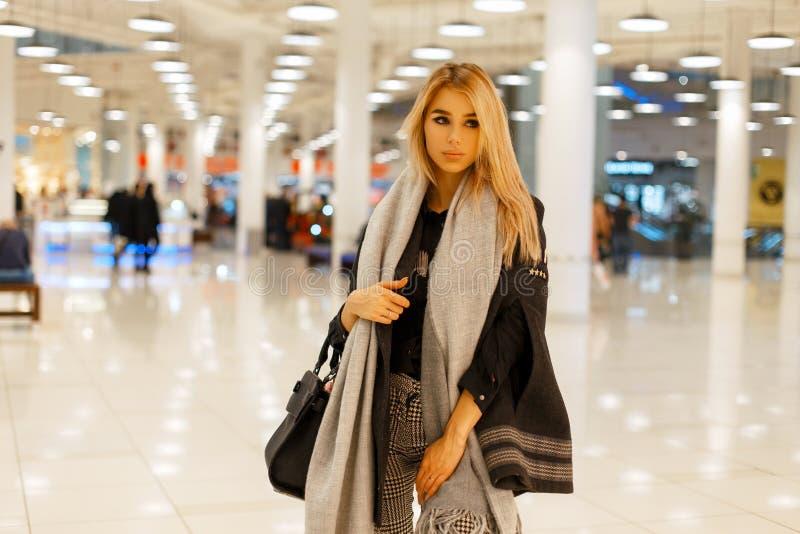 Стильная красивая женщина в ультрамодной осени одевает в покупках стоковое изображение rf