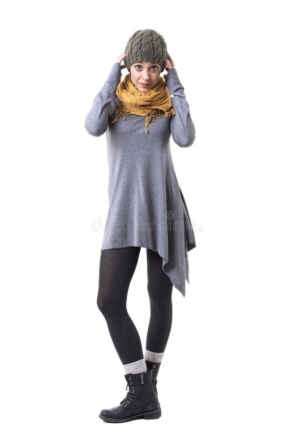 Стильная крутая девушка хипстера в одеждах зимы теплых получая одетый в уникальной одежде стоковая фотография
