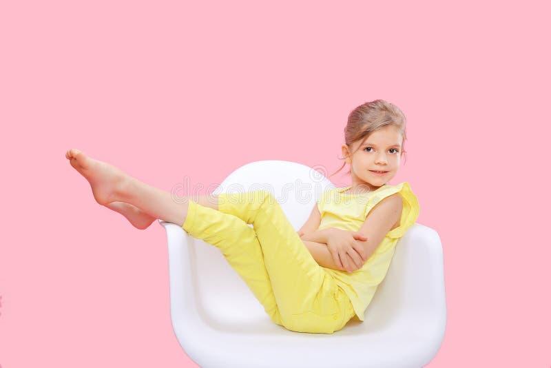 Стильная маленькая девочка в желтом пинке n стоковые изображения rf