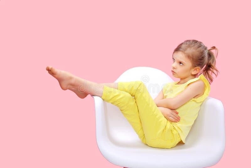 Стильная маленькая девочка в желтом пинке n стоковые фото