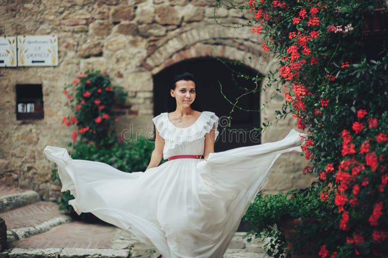 Стильная молодая невеста брюнет идя в сад лета в Ita стоковое фото rf