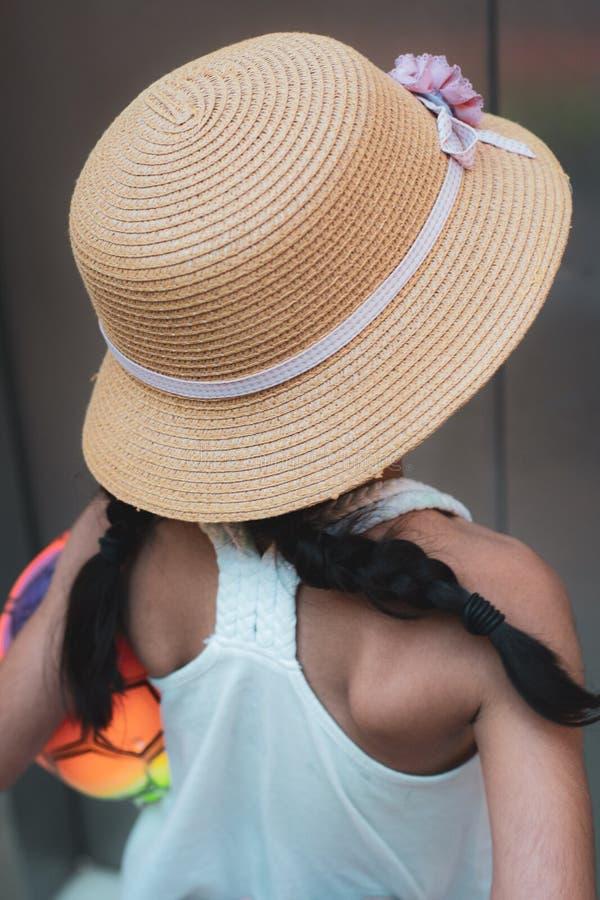 Стильно одетая маленькая девочка в шляпе - отсутствие видимой стороны стоковые фотографии rf