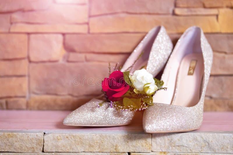 стильные атрибуты свадьбы ботинок бутана невесты стоковые изображения