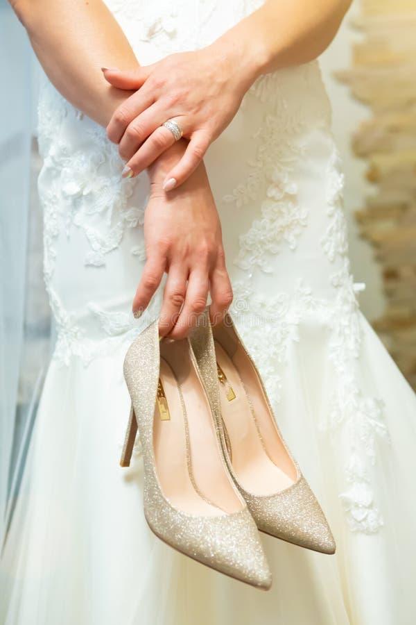 стильные атрибуты свадьбы ботинок бутана невесты стоковое изображение