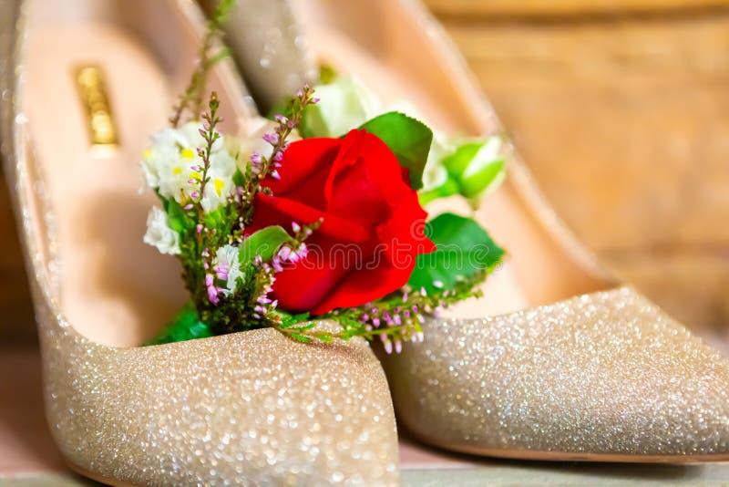 стильные атрибуты свадьбы ботинок бутана невесты стоковое изображение rf