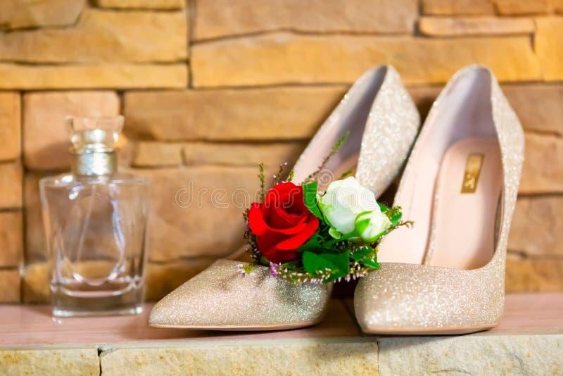 Стильные атрибуты свадьбы ботинок бутана невесты стоковые фото
