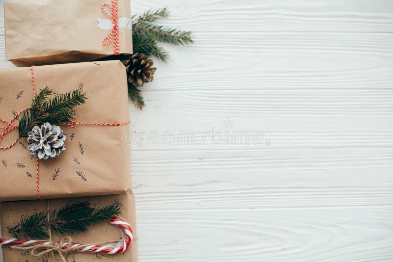 Стильные простые подарки на рождество с красной лентой, тросточка конфеты, p стоковое фото rf