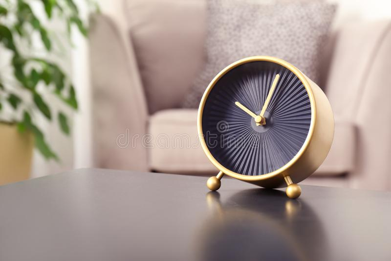 Стильные сетноые-аналогов часы на таблице в живя комнате, космосе для текста стоковые изображения