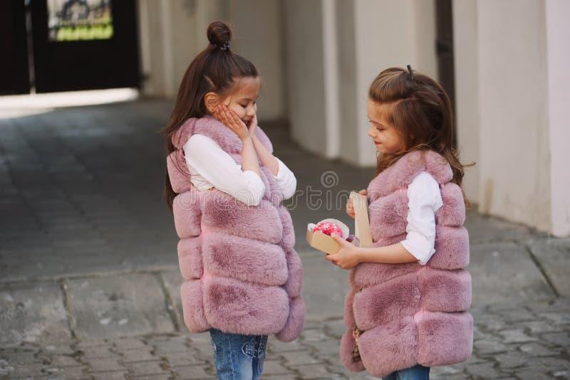 Стильные смешные маленькие девочки на улице стоковое фото rf