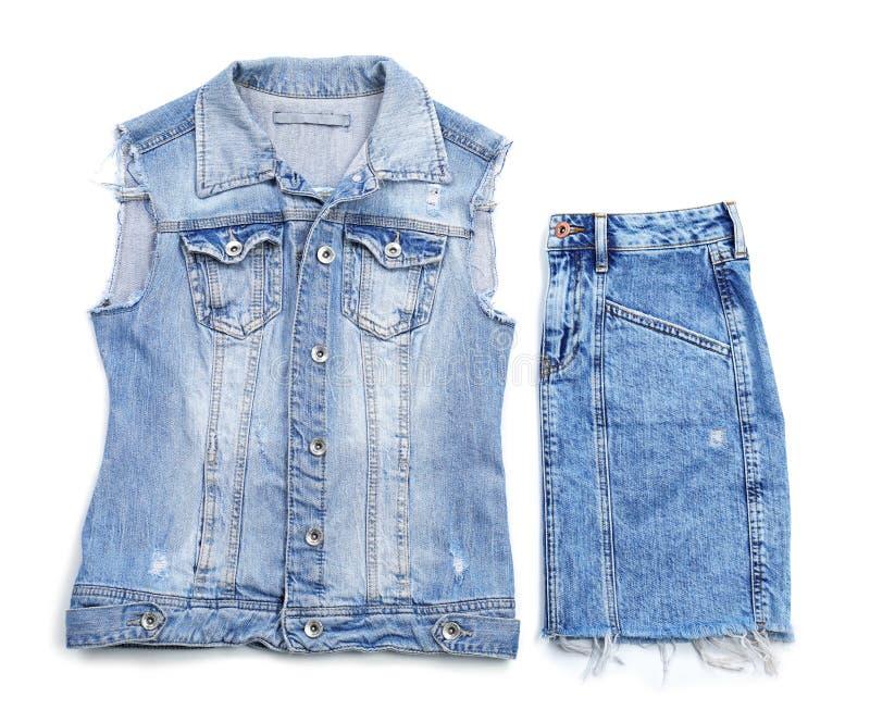 Стильные юбка и жилет демикотона на белой предпосылке, стоковые фотографии rf
