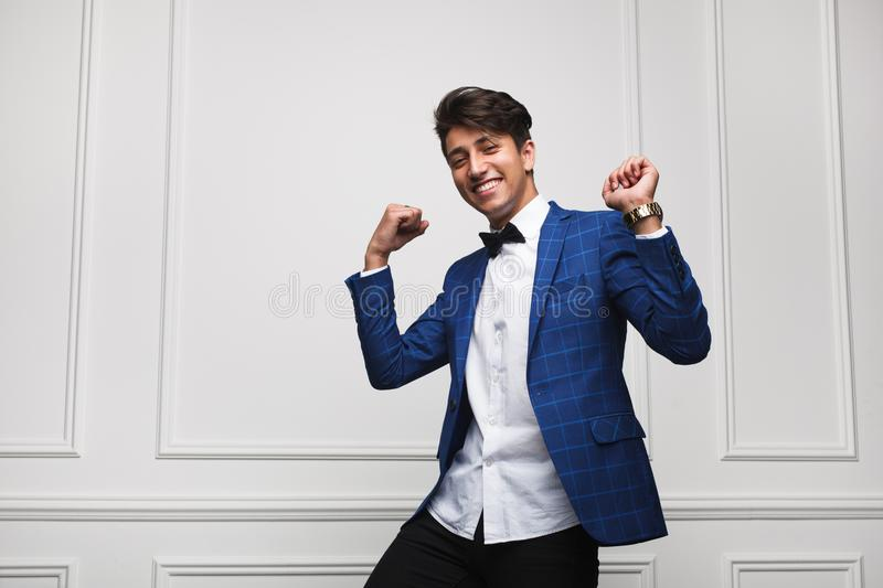 Стильные excited танцы человека на белизне стоковая фотография rf