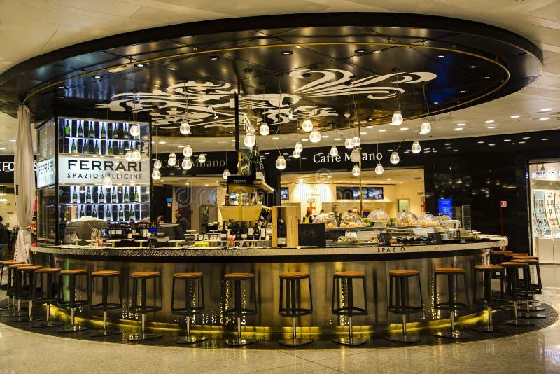 Стильный бар ФЕРРАРИ в безпошлинном zona в аэропорте Милана стоковая фотография