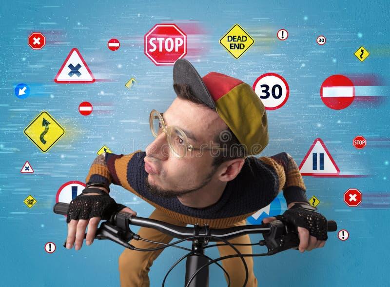 Стильный велосипедист с концепцией кода шоссе стоковое изображение