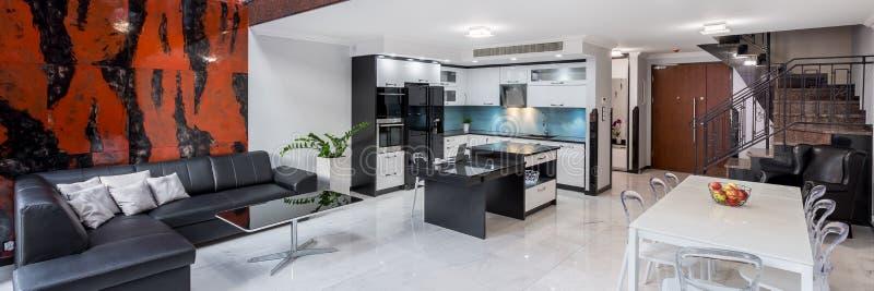 Стильный дизайн интерьера в квартире, панорама стоковое фото rf