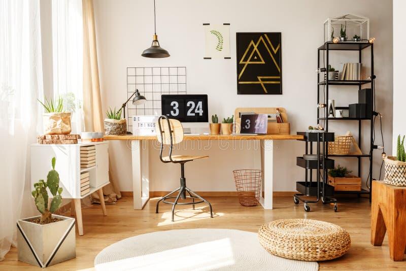 Стильный домашний офис с pouf стоковое изображение