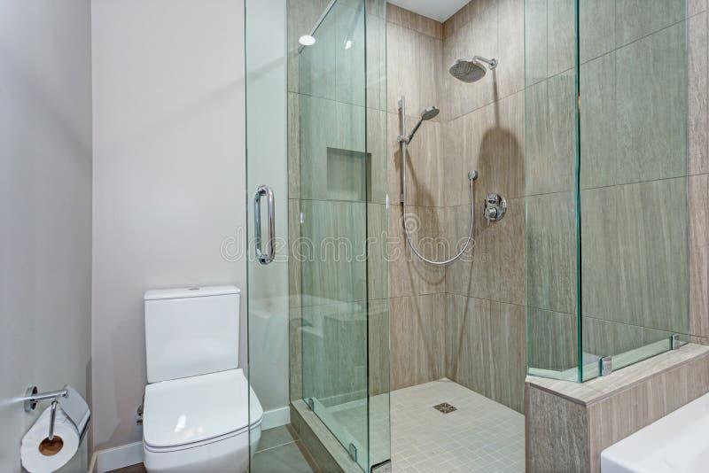 Стильный интерьер ванной комнаты с стеклянной прогулкой в ливне стоковое фото rf