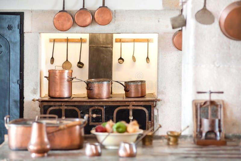 Стильный интерьер кухни с утварями бондаря и ретро мебелью Внутри дома с приборами для варить стоковое изображение