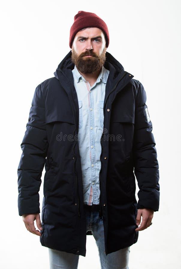 Стильный и удобный Хипстер человека бородатый представляя уверенно в теплых черных куртке или parka Мода хипстера современная стоковое фото rf
