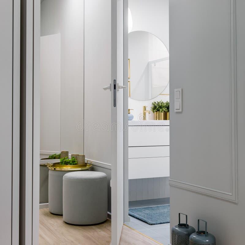 Стильный коридор в яркой квартире стоковые фото