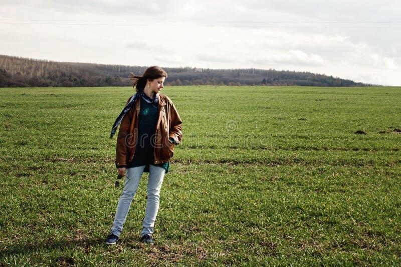 Стильный красивый битник девушки брюнет представляя outdoors в spri стоковые изображения rf