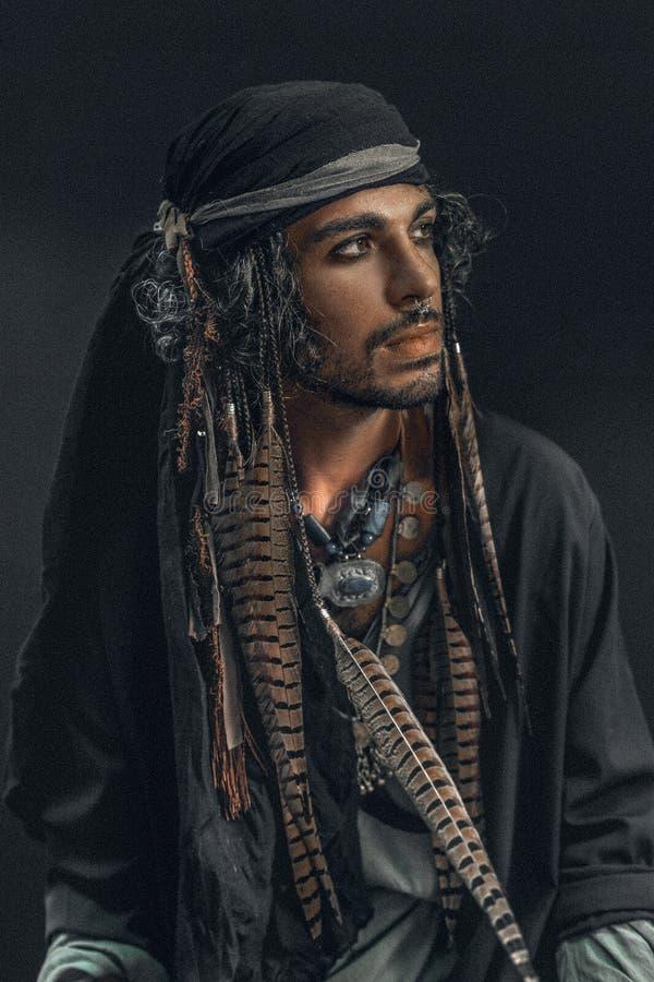 Стильный красивый человек в костюме пирата стоковое изображение rf