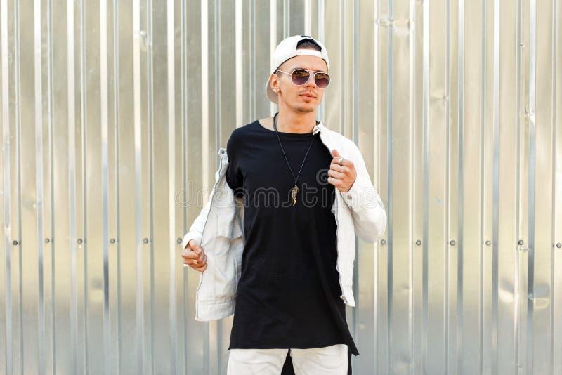 Стильный красивый человек в черной футболке с белой курткой стоковые фото