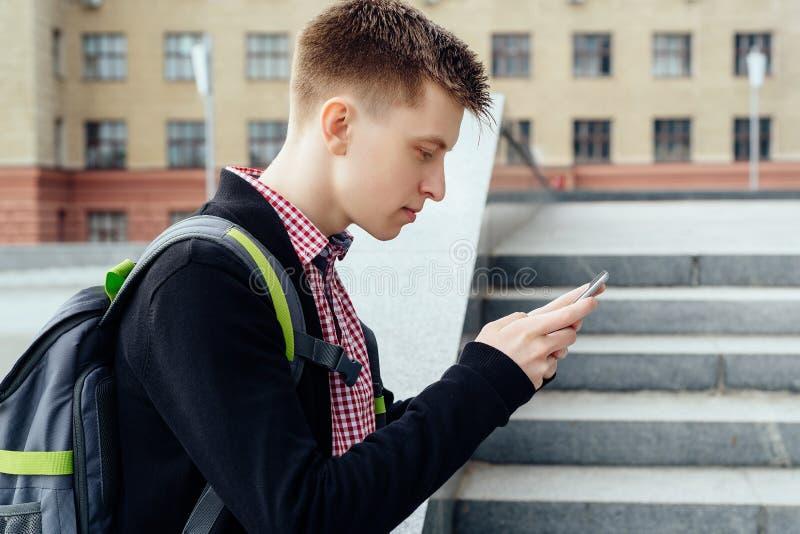 Стильный молодой человек в рубашке шотландки с рюкзаком стоковые изображения rf