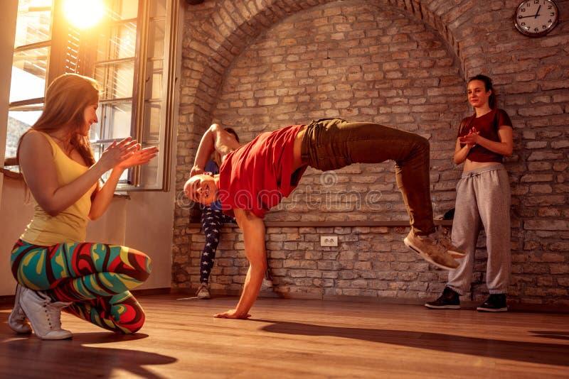 Стильный мужской танцор пролома выполняя движения стоковые изображения rf