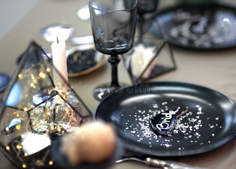 Стильный набор таблицы с черной посудой и первоначальными свечами для приема по случаю бракосочетания стоковые фотографии rf