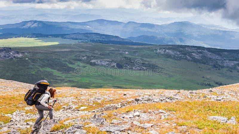 Стильный пеший туризм женщины стоковое изображение