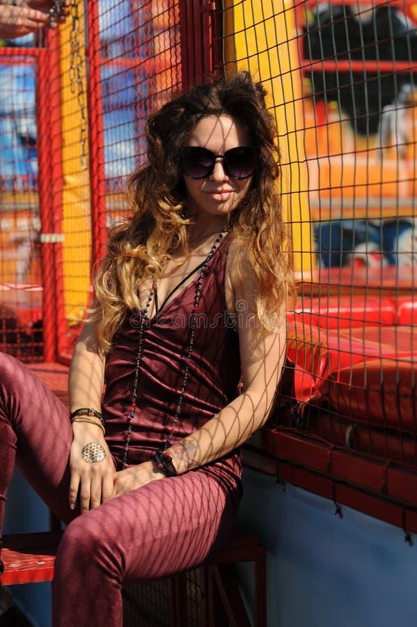 Стильный портрет женщины моды, одетый в темном - красные прозодежды velor стоковые изображения rf