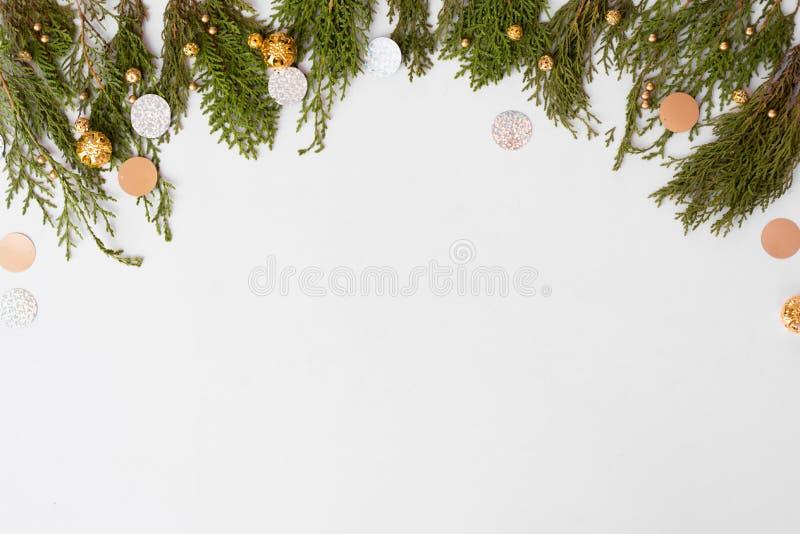 Стильный состав рождества ветви ели и украшения рождества на белой предпосылке Плоское взгляд сверху положения стоковая фотография rf