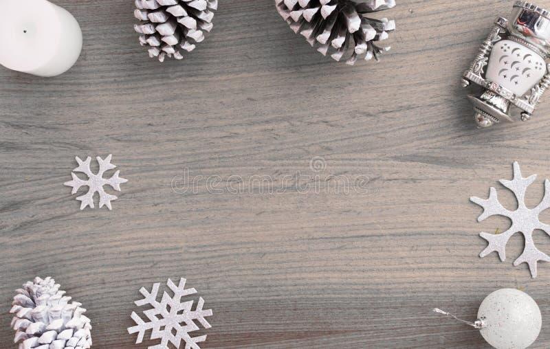 Стильный состав рождества конусы и украшения сосны на деревянной предпосылке стоковое фото rf