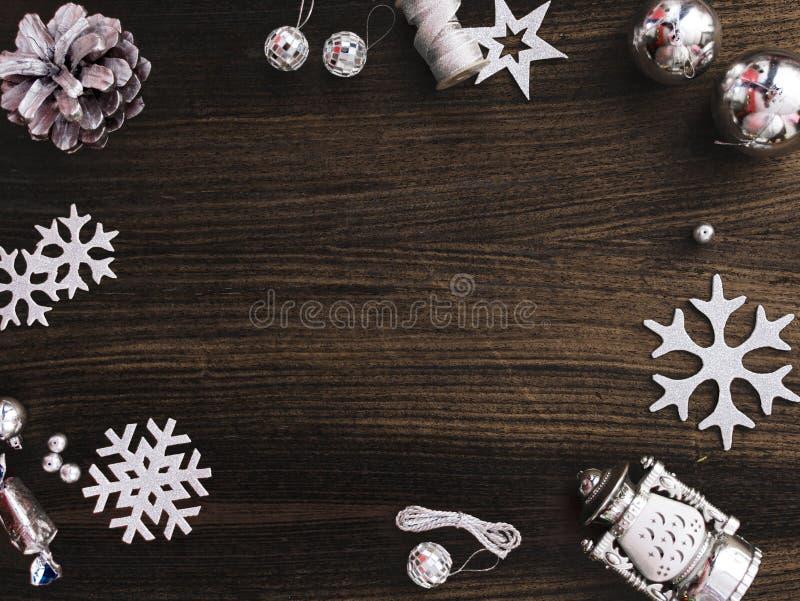 Стильный состав рождества конусы и украшения сосны на деревянной предпосылке стоковые фотографии rf