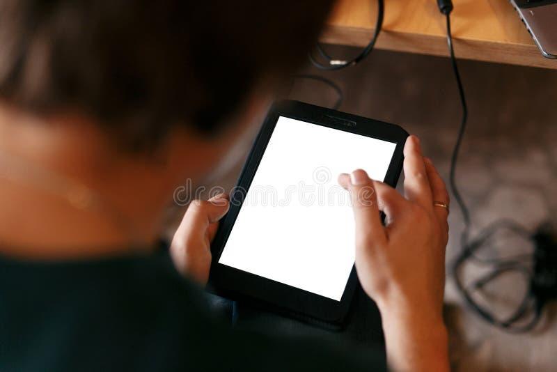 Стильный человек держа таблетку с пустым белым экраном и касаться, стоковое изображение rf