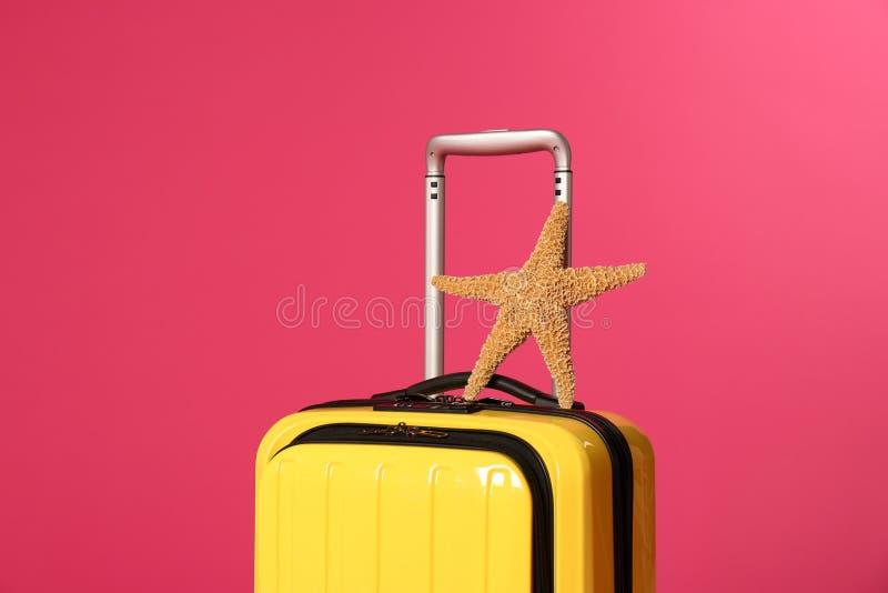 Стильный чемодан с морской звездой стоковые фотографии rf