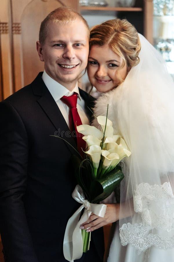 Стильный элегантный счастливый groom с его красивой изумительной невестой и стоковое изображение rf