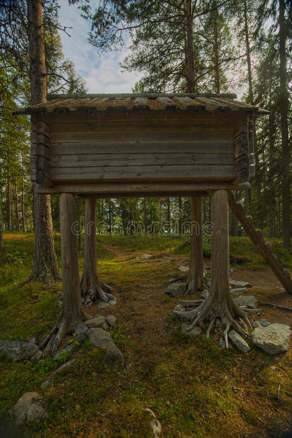 Стильт-хаус в лагере Сами в Вильгельмине, Швеция стоковая фотография rf