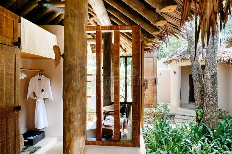 Стиль внутренний w курорта под открытым небом ванной комнаты соломенной крыши тропический стоковое фото