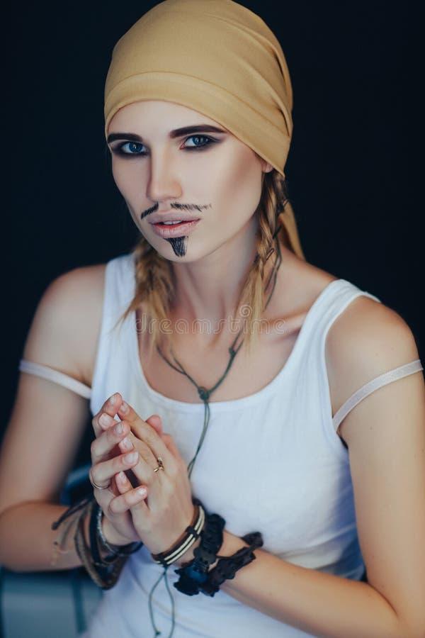 Стиль пирата человека для женщины стоковые изображения