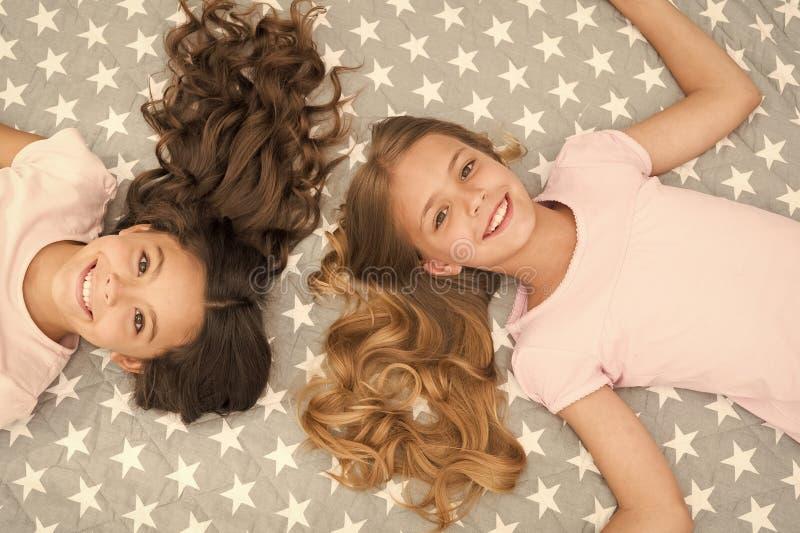 Стиль причесок детей курчавый ослабляя Держите наутро волос курчавое даже Дети девушек с длинными волосами кладут на взгляд сверх стоковые изображения rf