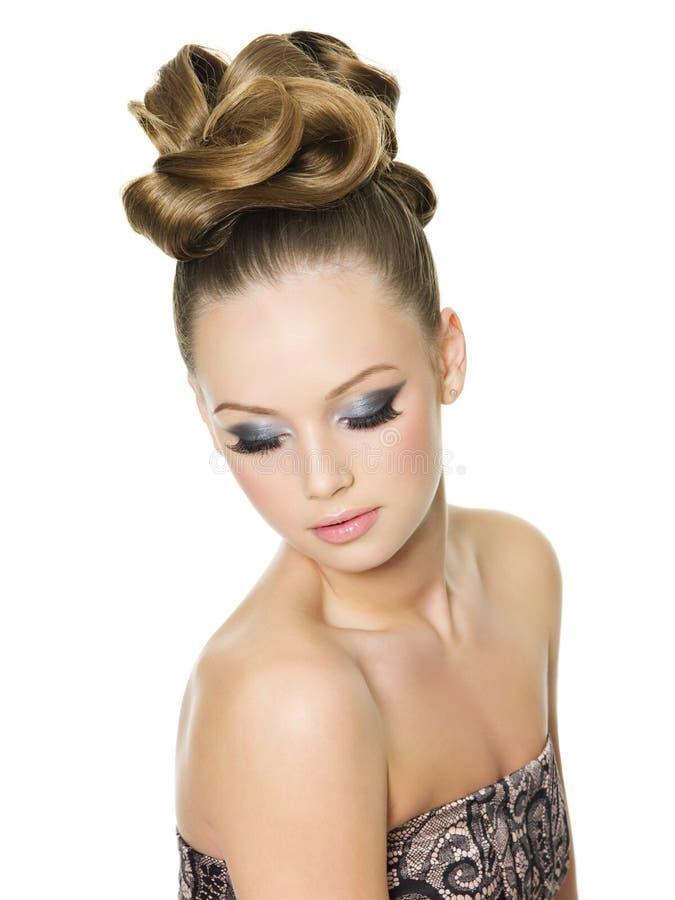 стиль причёсок девушки способа делает предназначенное для подростков поднимающее вверх стоковая фотография