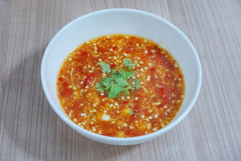 Стиль Тайской кухни, взгляд сверху соуса пряных морепродуктов окуная взбрызнутого с куском кориандра стоковое фото