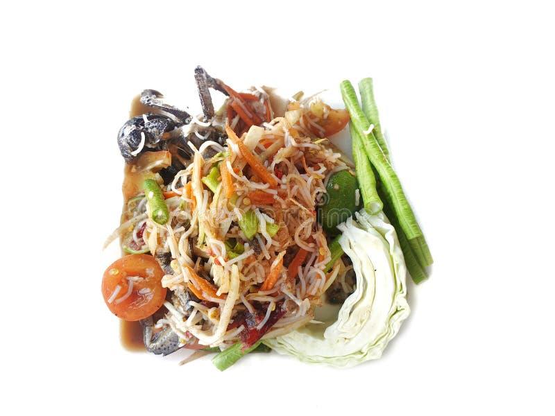 Стиль Тайской кухни, салат папапайи с томатом, креветка, chili, фасоль, слава утра и капуста изолированные на белой предпосылке стоковые изображения rf
