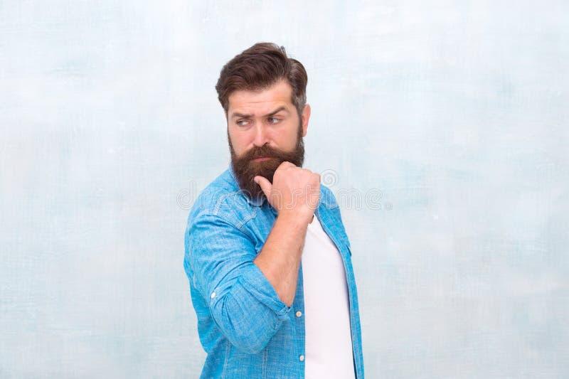 Стиль хипстера бородатого человека ультрамодный r u Хипстер с бородой и усик носят рубашку джинсовой ткани стоковая фотография