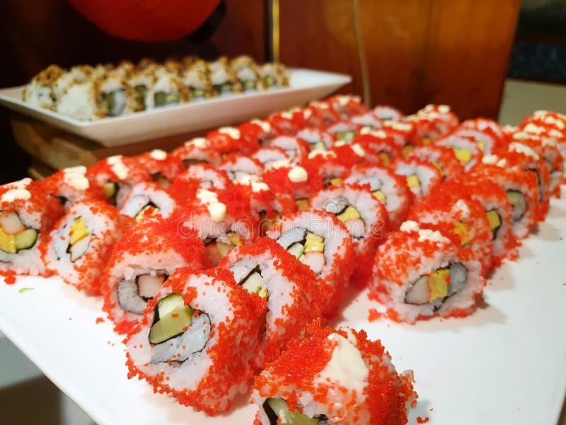 Стиль японской кухни, взгляд сверху суш maki крена Калифорнии с мясом краба стоковое фото