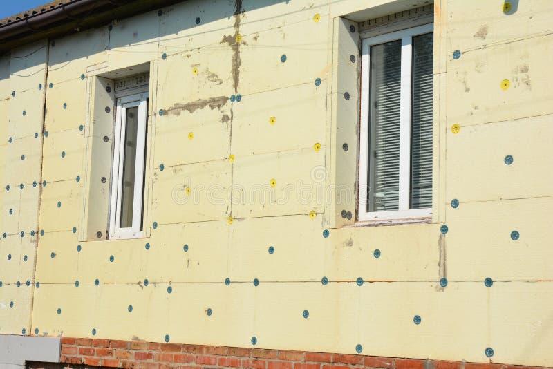 Стиропор изоляции стены реновации дома Избегите дома изоляции и строить полистироля зеленого стоковое фото rf