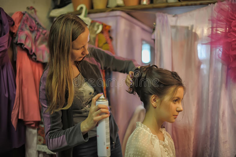 Стилизатор делает модель волос стоковая фотография