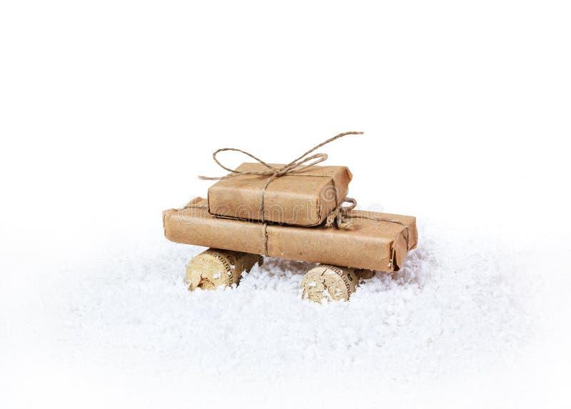 Стилизованный автомобиль и подарочная коробка как подарок рождества стоковое фото rf