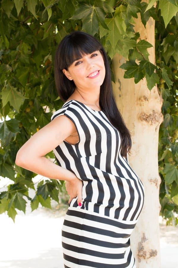 Стильная беременная женщина стоковое изображение rf